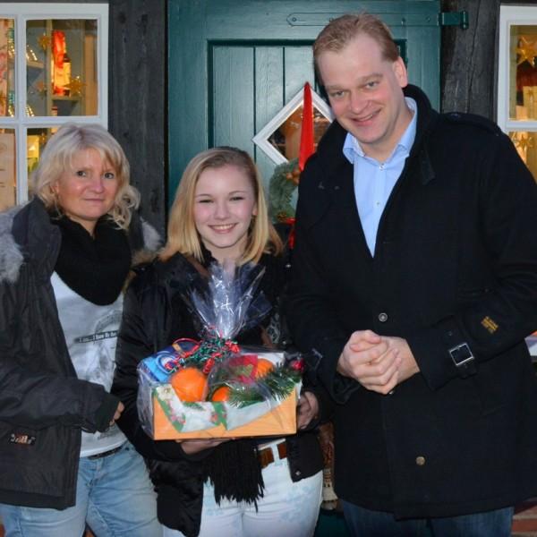 SeVana mit Ihrer Gastmutter Mona und Ihrem Paten vor dem Stiftscafé in Wietmarschen