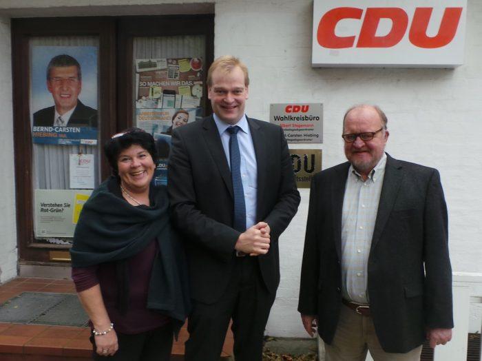 Albert Stegemann mit Roswitha Sehrbrock und Karl-Heinz Knoll vor der Geschäftsstelle in Meppen