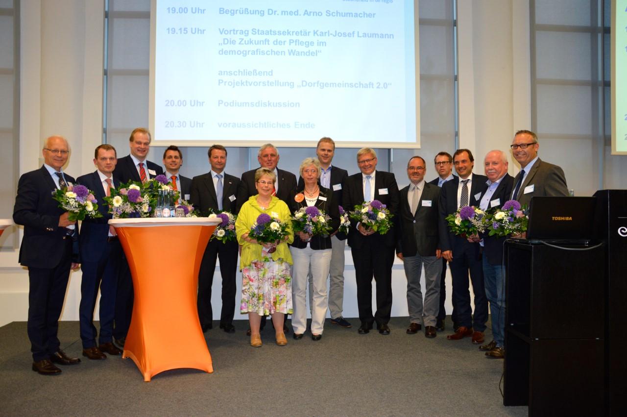 Gruppenfoto mit Vorstandsmitgliedern, Teilnehmenden der Podiumsdiskussion und beteiligten Mitgliedern