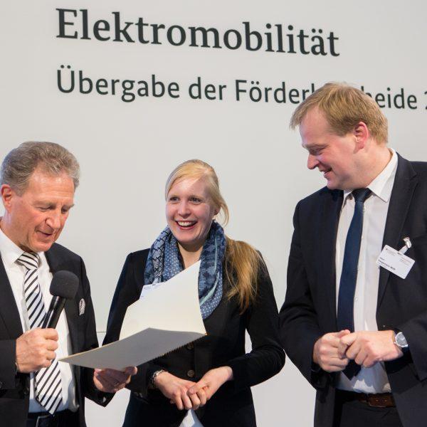Vera Stödtke als Klimaschutzmanagerin der Stadt Bad Bentheim und Albert Stegemann nehmen den Förderbescheid von Norbert Barthle entgegen