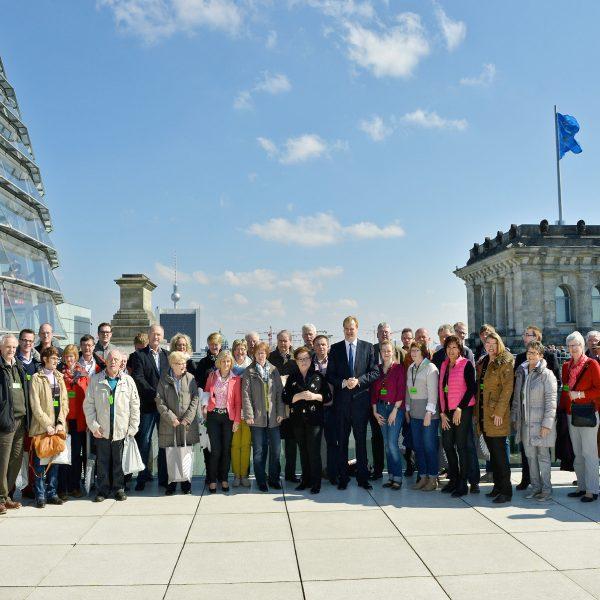 Eine Besuchergruppe auf der Außenterasse des Bundestages