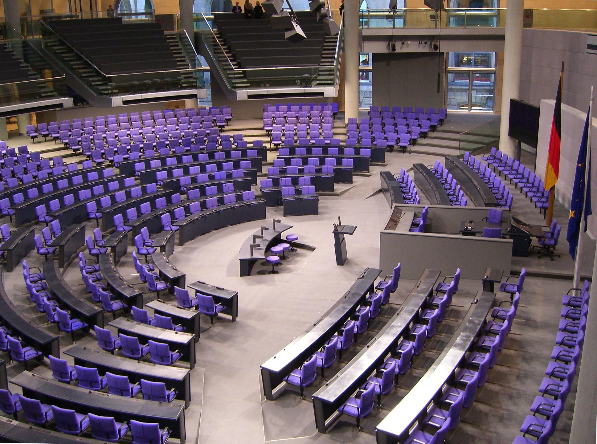 SDeutscher_Bundestag_Plenarsaal_Seitenansicht