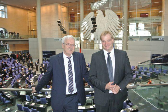 Hermann Kues und Albert Stegemann im Plenarsaal des Deutschen Bundestages anlässlich der konstituierenden Sitzung am 22. Oktober 2013