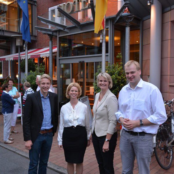 (v.l.): Arne Helweg (CDU Grafschaft Bentheim), Nicole Lamping (Verbraucherzentrale Niedersachsen), Anja Karliczek (Bundestagsabgeordnete), Albert Stegemann (Bundestagsabgeordneter)