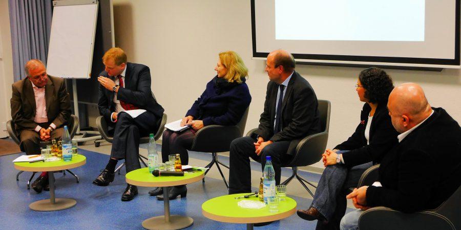 Stegemann in der Diskussion mit Prof. Dr. Mohssen Massarrat, Dr. Daniela De Ridder, Dr. Michael Reitemeyer, Frau Medina Atalan und Herrn Ibrahim Hassan