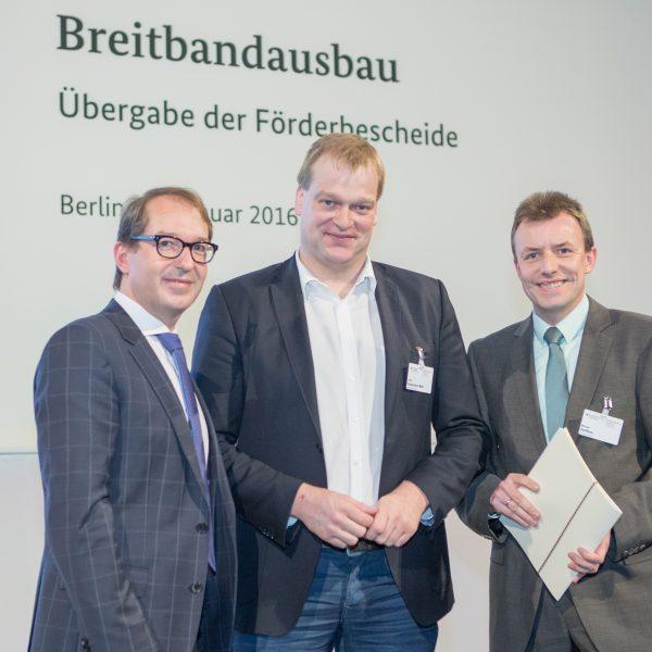 Dezernent Michael Steffens (rechts) nimmt gemeinsam mit Albert Stegemann den Förderbescheid für das Emsland von Bundesverkehrsminister Alexander Dobrindt in Berlin entgegengenommen.