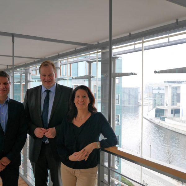 Stegemann sprach im Reichstag mit Volker Homes (links) und Dr. Julia Kögler vom Verband der Zoologischen Gärten über den Tierpark Nordhorn
