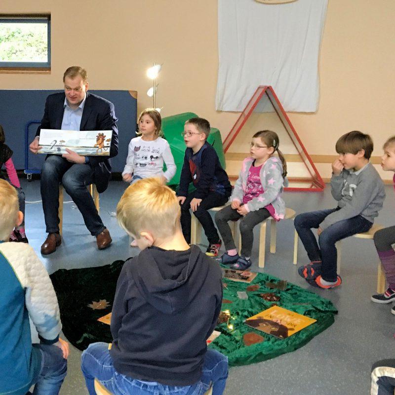 Albert Stegemann liest Kindern in der St. Vitus Kita vor.