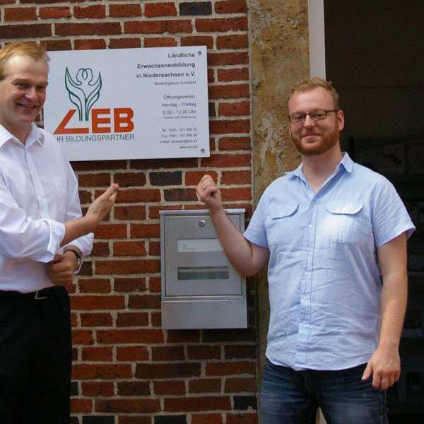 Bereichsleiter Kreusch-Vartmann und Stegemann vor den Räumlichkeiten der LEB in Baccum