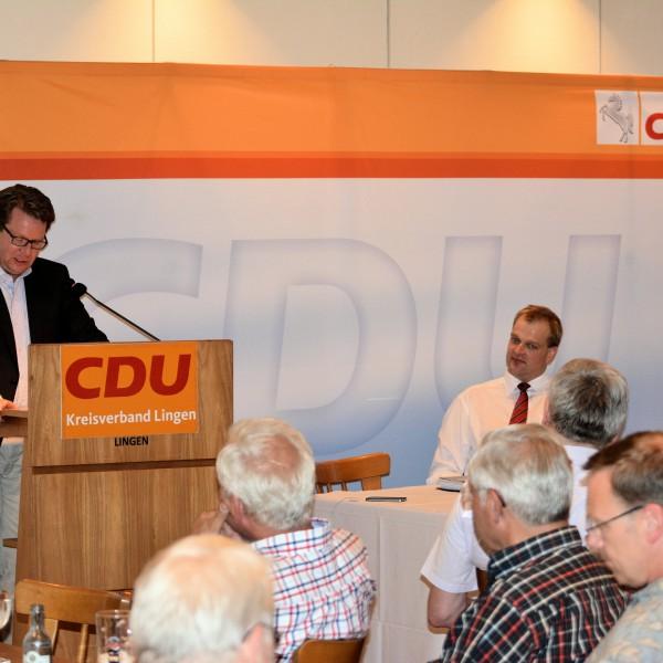 Carsten Müller, MdB erläutert die Energiewende; Stegemann, MdB, CDU-Kreisverbandsvorsitzender Silies und die Gäste hören gespannt zu