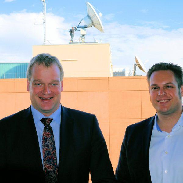 Die Satellitenschüssel steht auf Empfang: Stegemann und Kriegeskotte (rechts) arbeiten an einem raschen, flächendeckenden Netzausbau