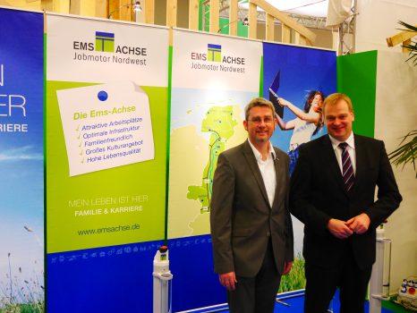 Ems-Achse-Geschäftsführer Dr. Dirk Lüerßen (links) und MdB Albert Stegemann auf dem Stand auf der Grünen Woche