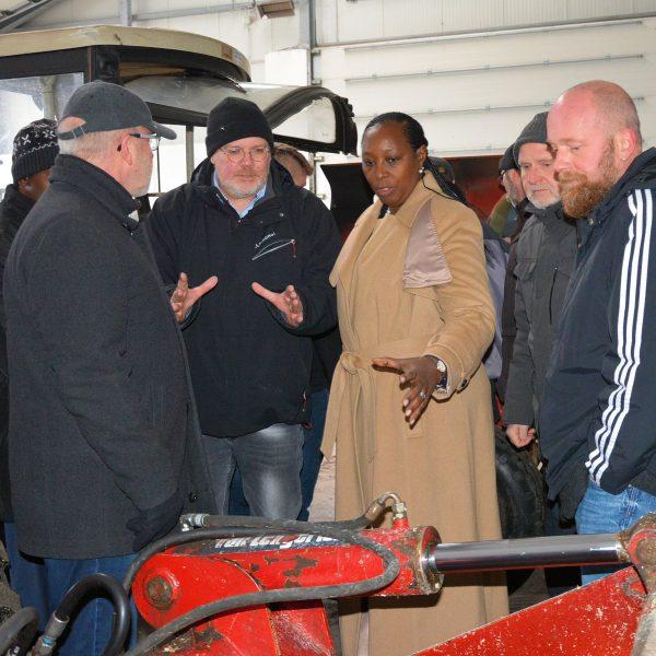 Die Gruppe auf dem landwirtschaftlichen Betrieb der Johannesburg; Andreas Depping (Mitte links), Edith Kutesa (Mitte rechts)