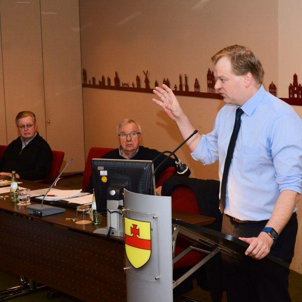 Stegemann schildert die aktuellen Beschlüsse in Berlin. Der Vorstand der Seniorenvereinigung rund um Franz Holtgreve folgen den Ausführungen.