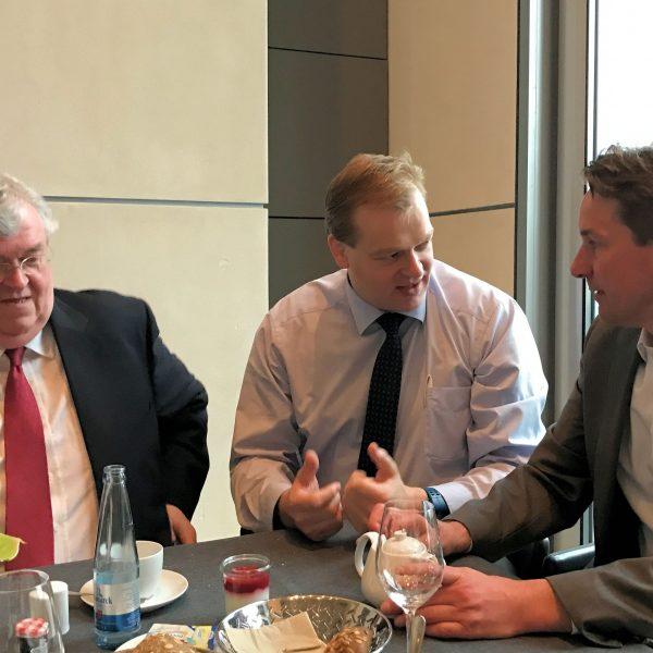 Intensiv diskutieren IHK-Präsident Martin Schlichter, Albert Stegemann und Geschäftsführer Marco Graf über die anstehende Aufgaben für das Emsland und die Grafschaft Bentheim.