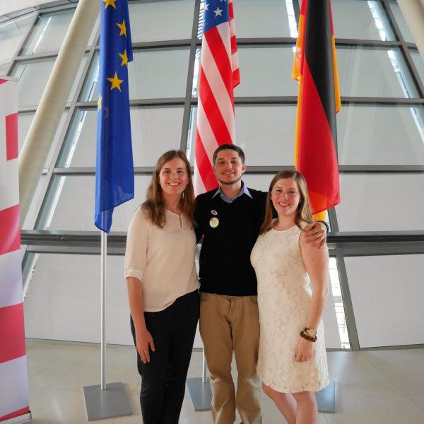 Megan Perpich, Javier Gonzalez und Olivia Mussell im Deutschen Bundestag