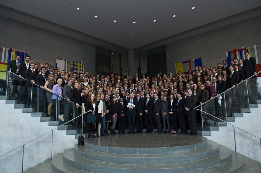 Schirm Prof. Dr. Norbert Lammert mit den Teilnehmern der Tage der Begegnung 2014