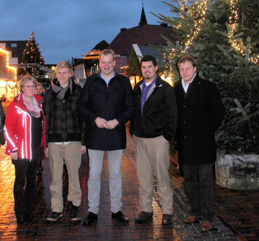 Foto: Ruth Schweigmann, Owen Saarinen, Albert Stegemann, Martyn Novacek und Dieter Jürgens auf dem Weihnachtsmarkt in Lingen
