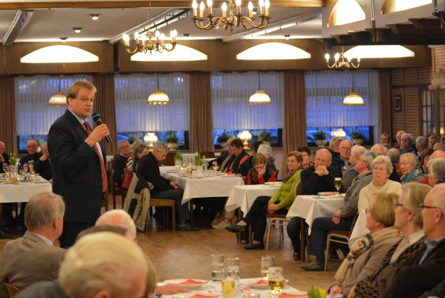 Albert Stegemann im Gespräch mit den Mitgliedern der Senioren Union