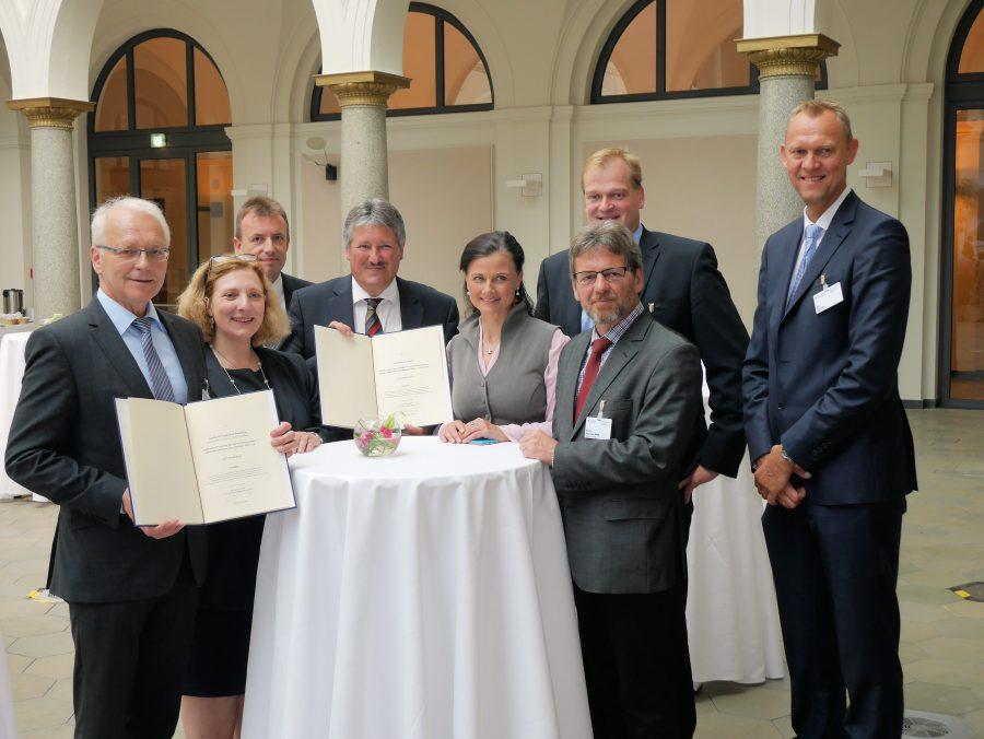 Freuen sich, dass sie die Breitbandausbau nun zeitnah realisieren können: Die Vertreter der Landkreise Emsland und Grafschaft Bentheim sowie die Abgeordneten