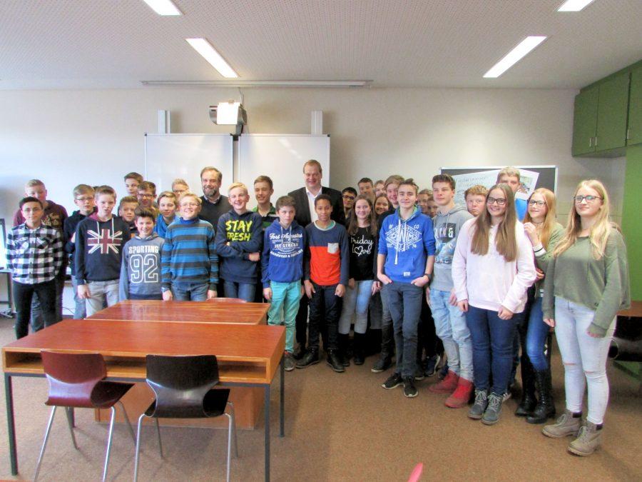 Schüler der Antoniusschule Thuine diskutieren Kinderrechte mit Albert Stegemann