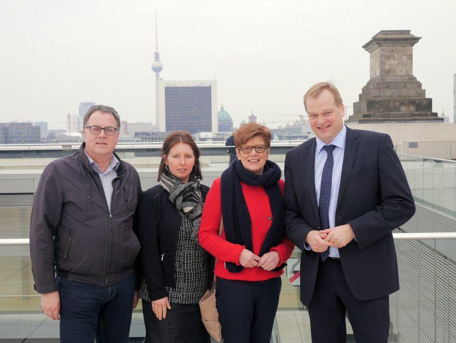 Foto (v.l.): Auf dem Dachterrasse des Reichstag mit Blick über Berlin; Bernhard Hummeldorf, Jessica Vrielmann, Magdalena Wilmes und Albert Stegemann