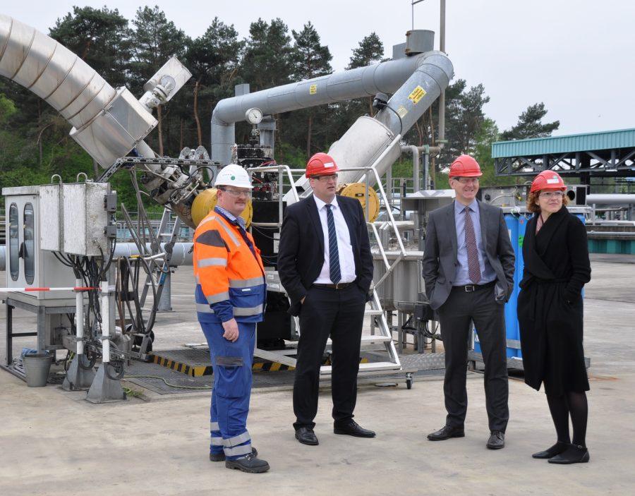 Stegemann auf dem Gelände des Speichers im Gespräch mit Betriebsleiter Klaus Schüring, Dr. Andreas Kost und Astrid Dolak (von links)