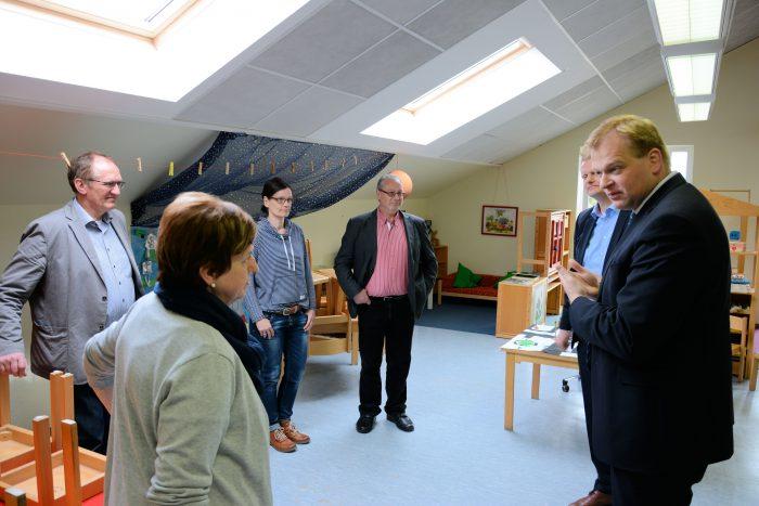 Die Leiterin der Kindertagesstätte St. Marien Annemarie Elfers im Gespräch mit den politischen Vertretern