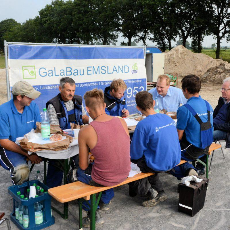 Eine kurze Pause mit den Mitarbeitern auf der Baustelle an der Schillerstraße beim gemeinsamen Frühstück