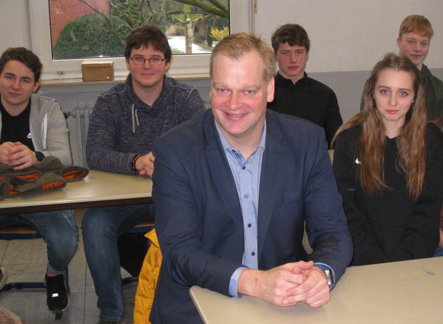 Albert Stegemann im Gespäch mit Schülern