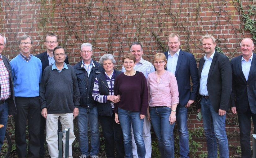 Albert Stegemann MdB (3. v.r.), Samtgemeindebürgermeister Matthias Lühn (2. v.r.), Ehrenamtlichensprecher Ludwig Giese (5. v.l.) und die zahlreichen Unterstützer des Café International