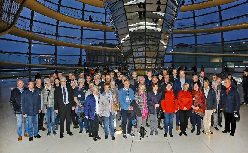 Die Mitglieder des THW mit Albert Stegemann und Axel Knoerig sowie weiteren Teilnehmern der Informationsfahrt nach Berlin auf der Reichstagskuppel