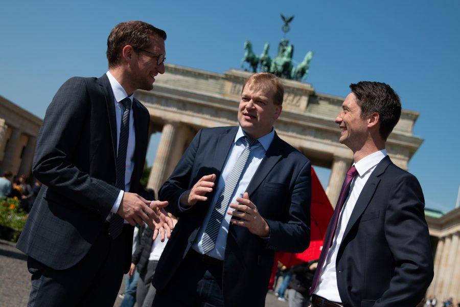 Albert Stegemann (Mitte) im Gespräch mit den Wirtschaftsjunioren Sebastian Schütte-Bruns (links) und Jens Sandschulten (rechts).