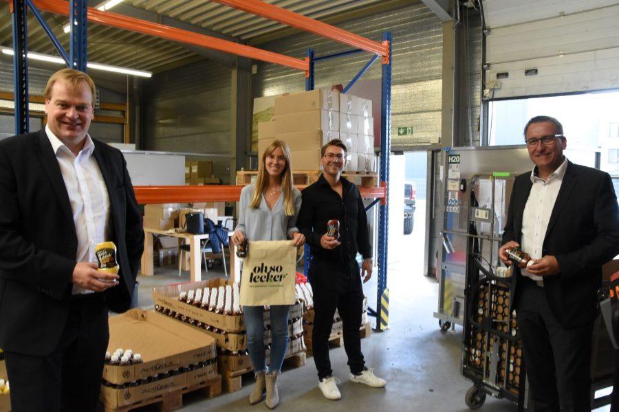 "Foto (v.l.n.r.): Albert Stegemann MdB, Joella Feldhues, Jesko Dannemann und Bürgermeister Andreas Kaiser im Lager des ""Oh so lecker""- Start-Ups"